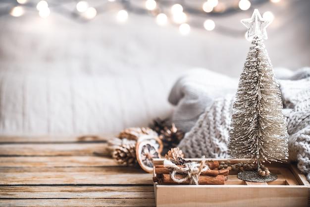 Feestelijke het decorstilleven van kerstmis op houten achtergrond, concept huiscomfort en vakantie