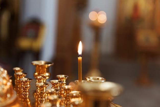 Feestelijke interieurdecoratie met brandende kaarsen en pictogram in traditionele orthodoxe kerk