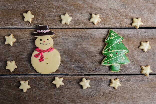 Feestelijke kerst cookie en nieuwjaar in de vorm van een kerstboom, sneeuwpop, ster op woo