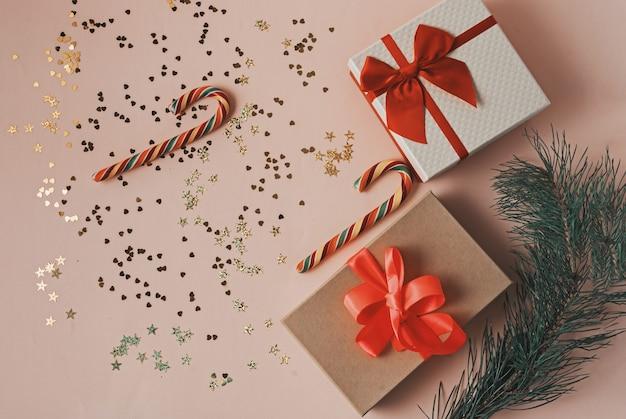 Feestelijke kerst- en nieuwjaarsversieringen op roze achtergrond. kerst concept.