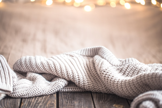 Feestelijke kerst gezellige muur met verlichting en een trui