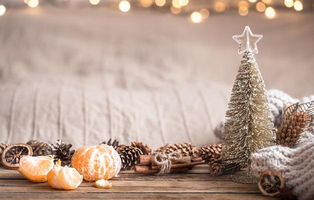 Feestelijke kerst gezellige sfeer met home decor en mandarijnen op een houten achtergrond, home comfort concept