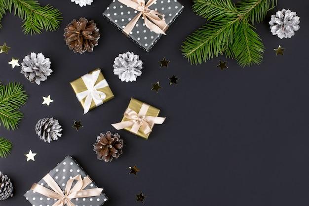 Feestelijke kerst met dennentakken, geschenkdozen, decoraties, kopie ruimte, bovenaanzicht