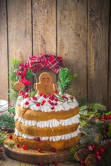 Feestelijke kerst peperkoek cake met slagroom