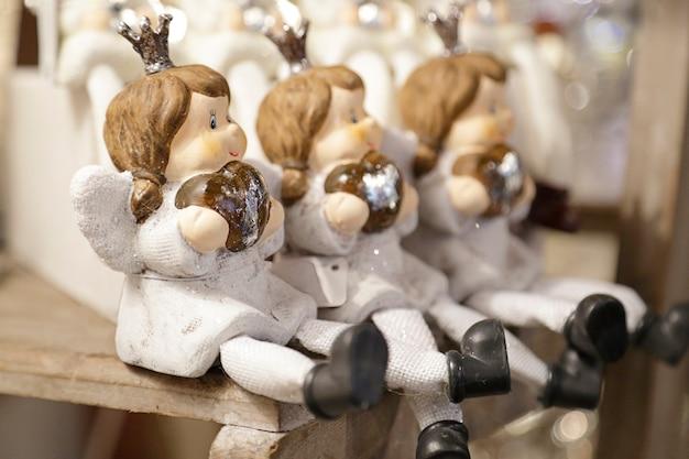 Feestelijke kerstdecoratie met houten poppen