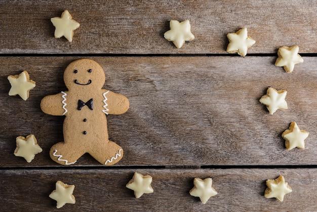 Feestelijke kerstkoekjes, nieuwjaar in de vorm van een peperkoekman, sneeuwvlok, ster op de achtergrond