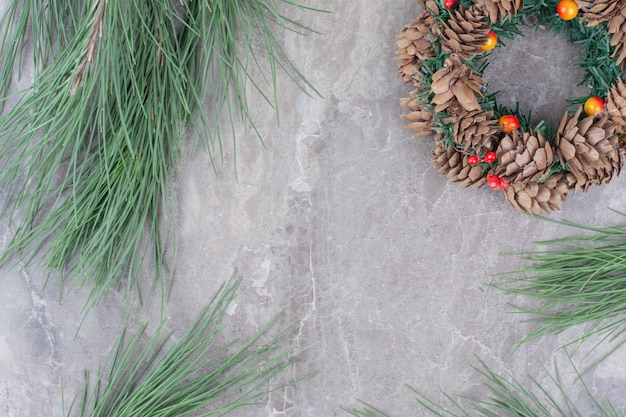 Feestelijke kerstkrans met brunch van boom.