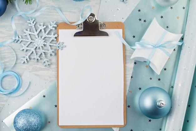 Feestelijke kerstmisachtergrond met blauwe en zilveren kerstmisdecoratie en giften