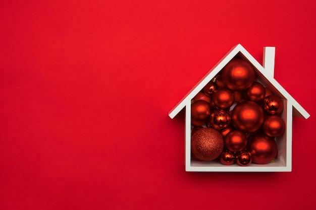 Feestelijke kerstmissamenstelling met huis en met chirstmasballen. bovenaanzicht