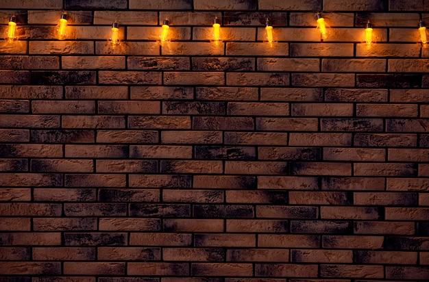 Feestelijke kerstmisslinger op bakstenen muur