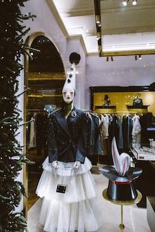 Feestelijke mannequin in een kledingwinkel in een winkelcentrum. nieuwjaarsversiering in het interieur