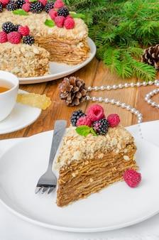 Feestelijke napoleon-cake met chocoladevla en bessen bovenop voor kerstmis en nieuwjaar