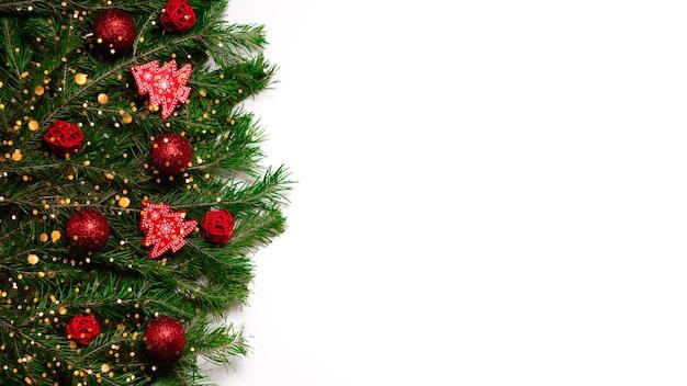 Feestelijke nieuwjaar achtergrond. kerst- en nieuwjaarsversieringen fir tree en bokeh lichten. bovenste horizontale weergave copyspace