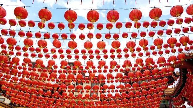 Feestelijke nieuwjaar versieringen met chinese rode lantaarns van de chinese tempel