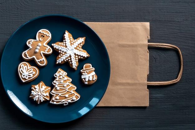 Feestelijke nieuwjaarkoekjes op blauwe houten achtergrond instellen