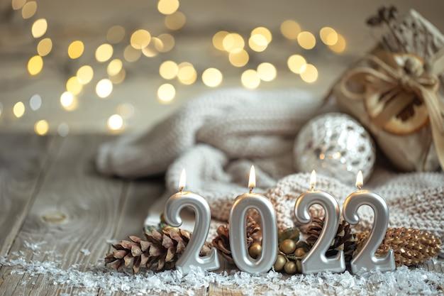 Feestelijke nieuwjaarsachtergrond met kaarsen in de vorm van cijfers