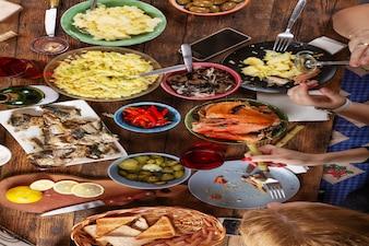 Feestelijke paastafel. traktaties, wijn en snacks
