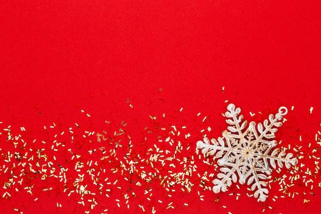 Feestelijke pastel achtergrond. kerststerren en glanzende glitter, confetti op pastel achtergrond. kerstmis. bruiloft. verjaardag. valentijnsdag. plat leggen.