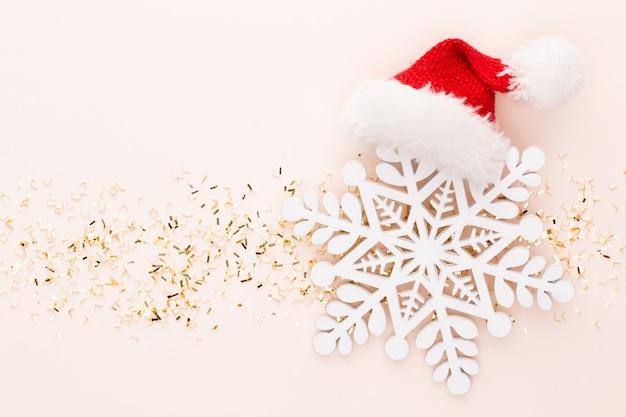Feestelijke pastel kerststerren en glanzende glitter, confetti op pastel kerst