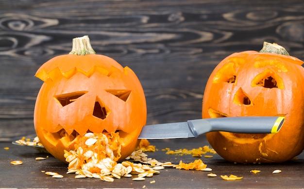 Feestelijke pompoen gesneden voor decoratie van halloween