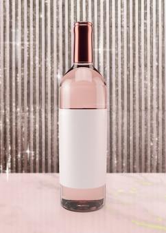 Feestelijke rosé wijn op roze ondergrond