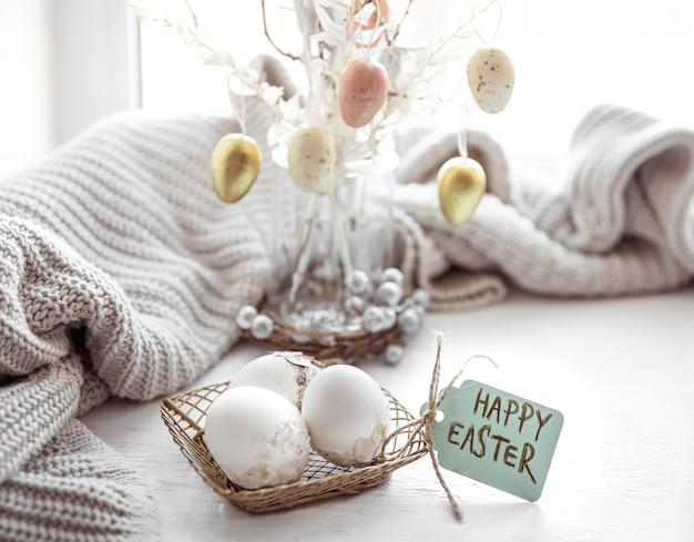 Feestelijke samenstelling van pasen met eieren en de inscriptie happy easter