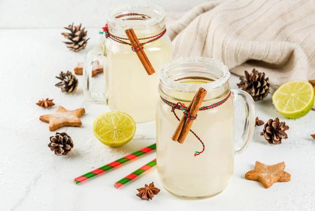 Feestelijke sneeuwbalcocktail met limoensap, kaneel, likeur, suiker en anijssterren