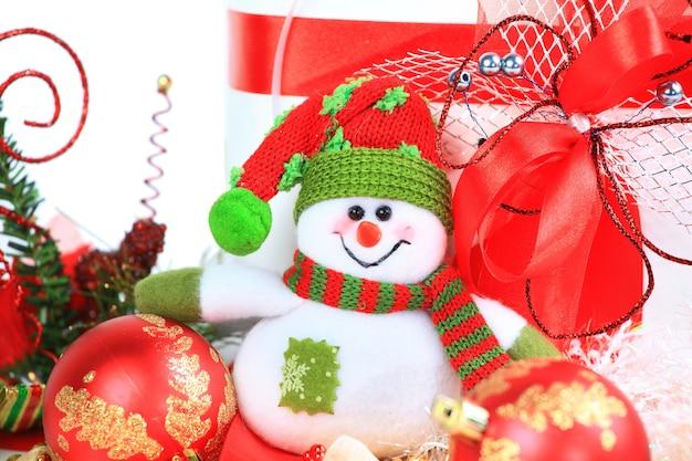 Feestelijke sneeuwpop met kerstlichte achtergrond