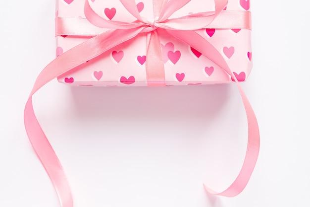 Feestelijke st valentijnsdag concept met geschenkdoos op witte achtergrond. bovenaanzicht, kopieer ruimte.