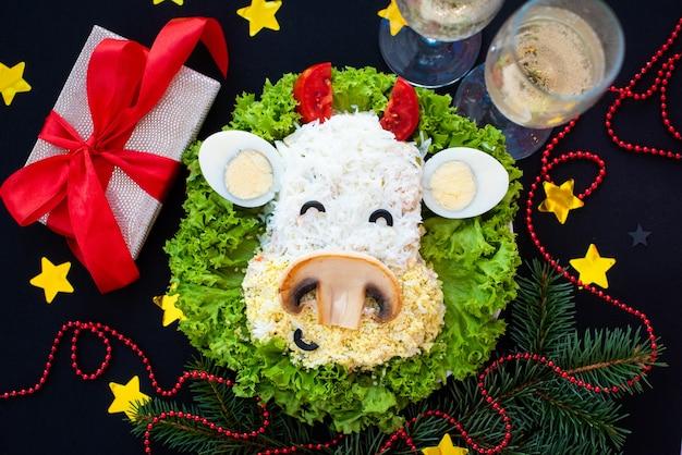 Feestelijke stiervormige salade voor 2021 op donker