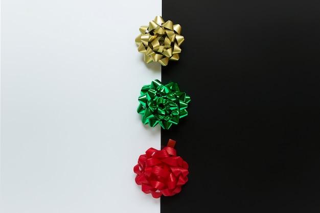 Feestelijke strikken in traditionele kerstkleuren rood goud en groen op witte en zwarte achtergrondkleur