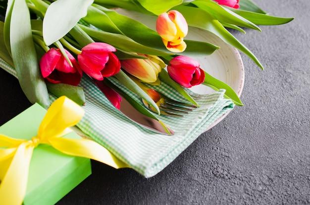 Feestelijke tabel instelling met tulpen voor verjaardag