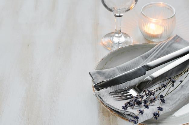 Feestelijke tabel met kaarsen en lavendel.