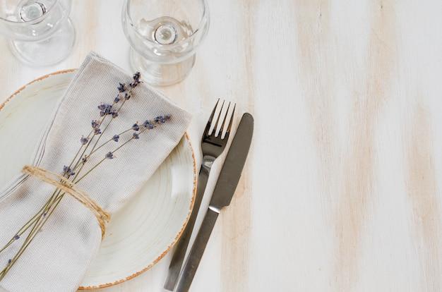 Feestelijke tabel met lavendel.