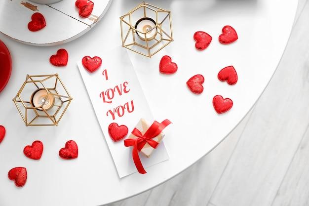 Feestelijke tabel voor valentijnsdagviering op kamer