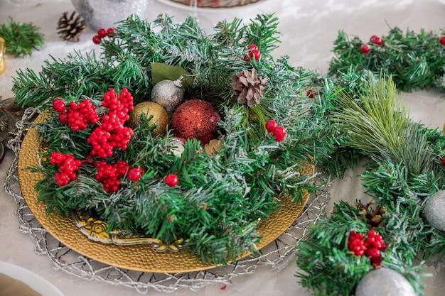Feestelijke tafel instelling. winterdecoraties en witte kaarsen. bovenaanzicht, platliggend. kerstvakantie. kerst decor.