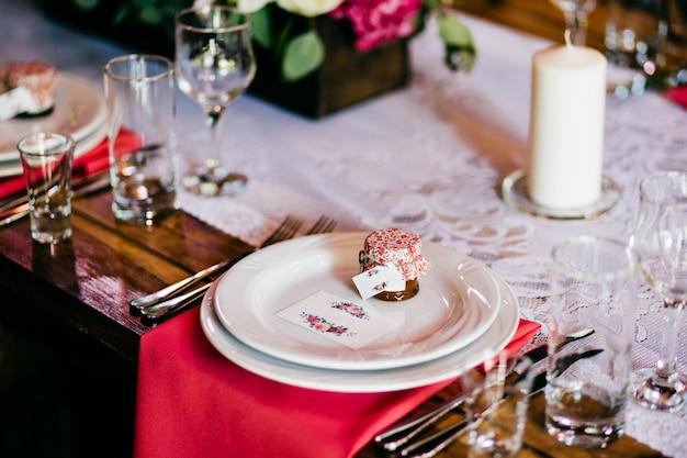 Feestelijke tafel met borden vorken, messen, glazen, servetten en kaars