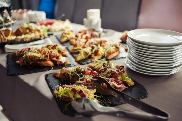 Feestelijke tafel met europese keuken