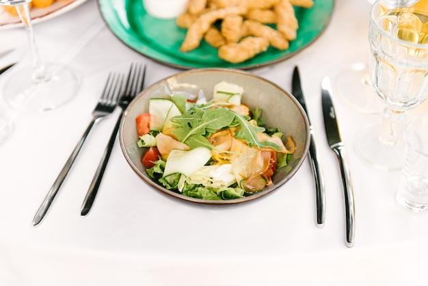 Feestelijke tafel vol heerlijk eten en snacks, mooie opdienen, catering, groentesalade