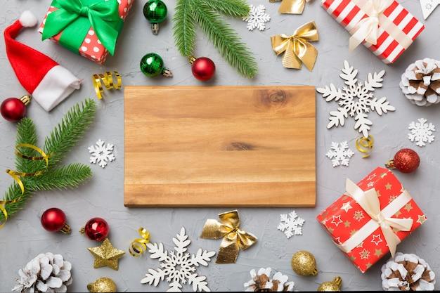 Feestelijke tafeldecoratie met nieuwjaarstakken en dekor een leeg bord. bovenaanzicht met ruimte voor tekst. kersttijd.