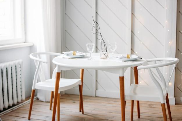 Feestelijke tafelset voor twee, minimalistisch kerstdecor. scandinavisch interieur