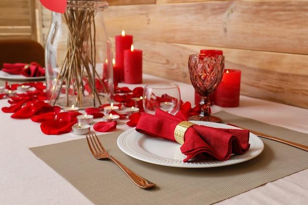 Feestelijke tafelsetting voor valentijnsdagviering thuis
