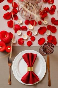 Feestelijke tafelsetting voor valentijnsdagviering