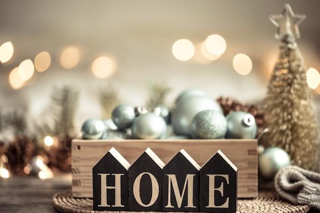 Feestelijke verlichting met het opschrift huis