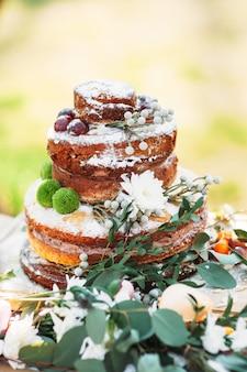 Feestelijke versierde bruidstaart met verse bloemen