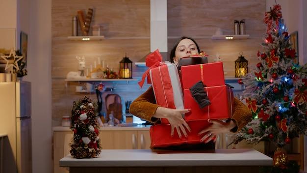Feestelijke vrouw die zich gefrustreerd voelt over kerstfeest