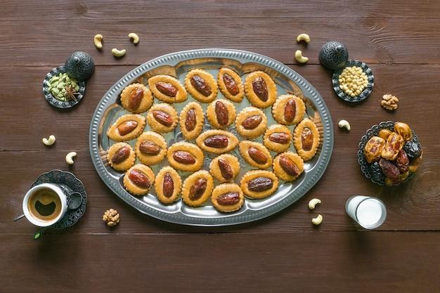 Feestelijke zoete ramadan tafel met zelfgemaakte dadelkoekjes op een bruin houten tafel