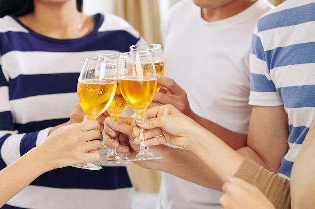 Feestgangers drinken champagne op feestje