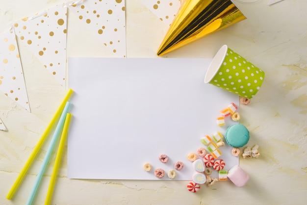 Feestmanagement en organisatieconcept met snoep, confetti en blanco pagina's
