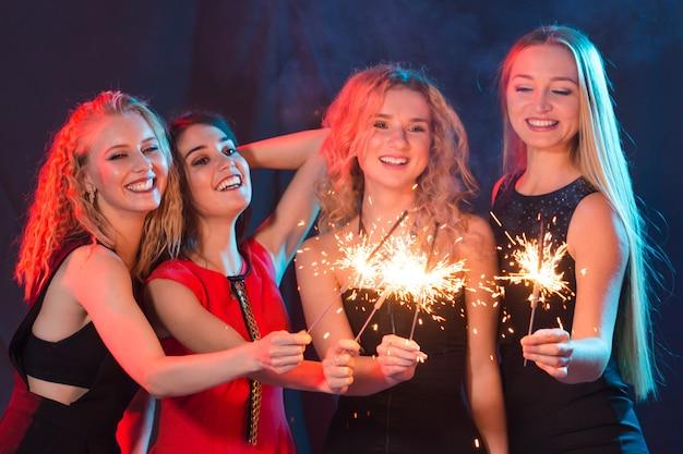 Feestvakanties nieuwjaar kerstmis en nachtleven concept gelukkige jonge vrouwen dansen in de nachtclub